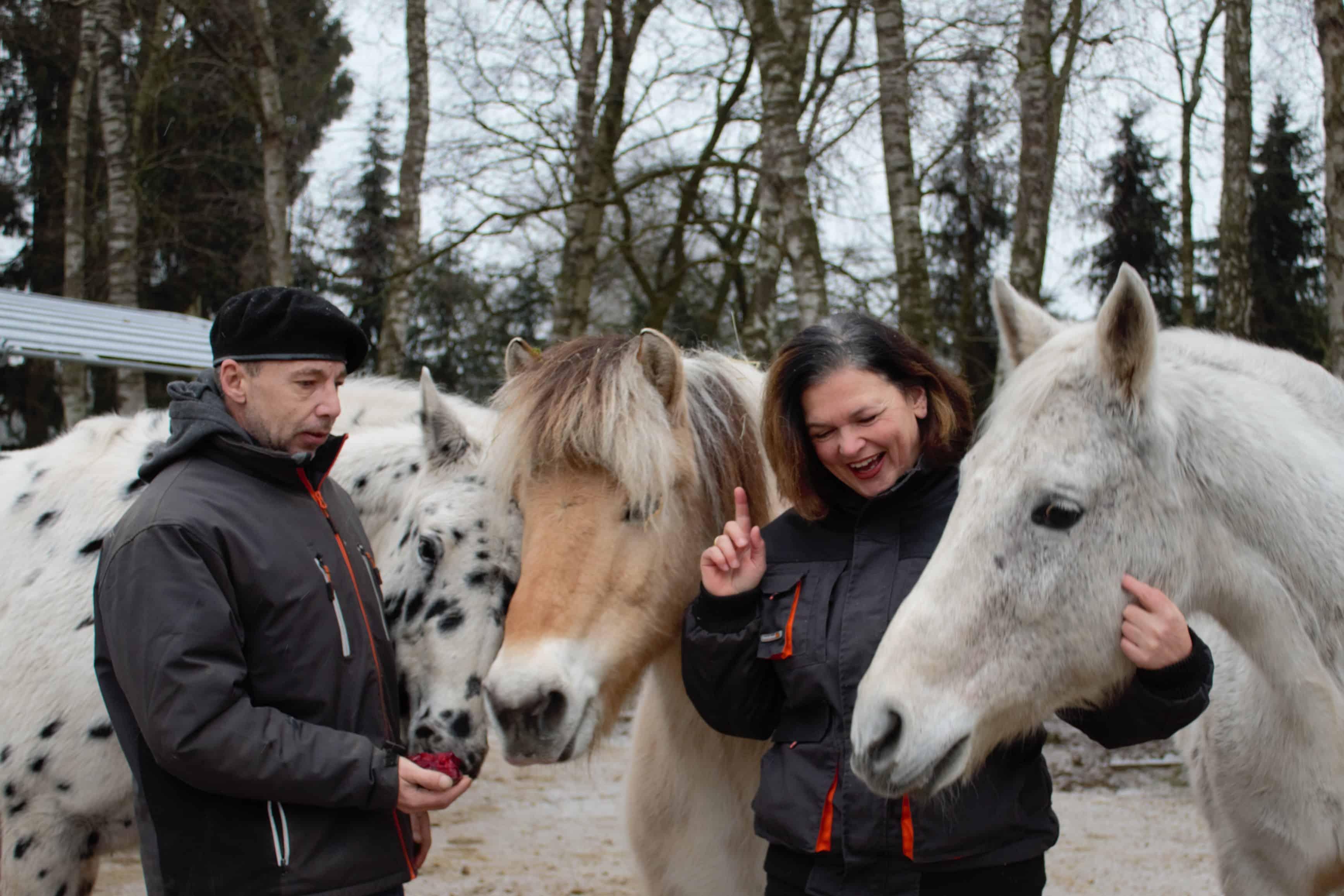 Katja und Peter Essinger auf dem Seemoorhof in Schneverdingen mit Shavano Domino, Prinz und Madeira.